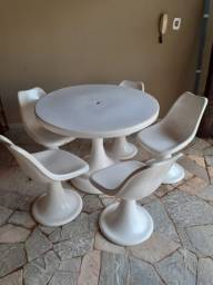 Mesa com cinco cadeira de fibra