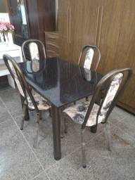 Mesa com 4 cadeiras reforçadas