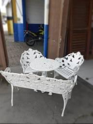 Conjunto de mesa e cadeiras em alumínio