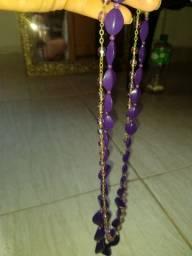 Dois colares de pedras roxo e lilás