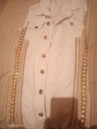 Calça jeans e Max colete branco na pedraria
