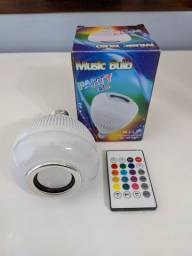 Lâmpada de led colorida com caixa de som embutida