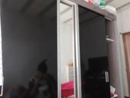 Guarda roupa tres portas uma co espelho em bom eatado de coservaçao