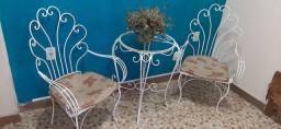 Belíssimo jogo de ferro fundido para varanda ou jardin.