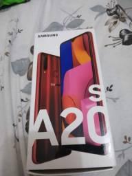 Vendo o telefone Samsung A20s, com nota fiscal, caixa,carregador original,900 reais.