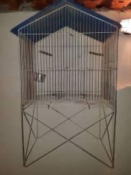 Gaiola com pés e telhado para pássaros