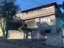 Vendo - Casa com três dormitórios com varandas em São Lourenço/MG