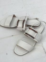 Sandália branca com fivela de onça.