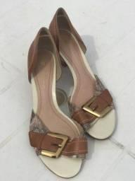 Sandália branca com detalhes.