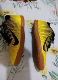 Tênis de futsal semi-novo Nike 36