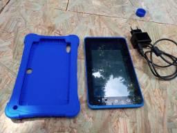 Vende se um tablet por 270 com carregador e capinha