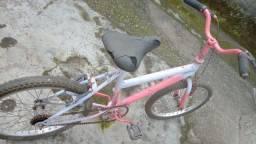 Bicicleta de criança precisando de umas reformas
