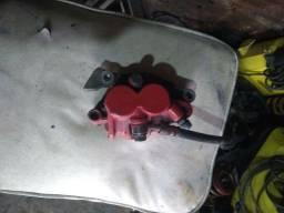 Pinça e bomba e  a mangueira de freio dianteira da XRE 300