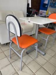 Cadeiras de ferro com encosto e assento com estofado.