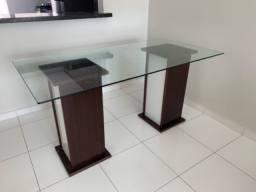 Mesa de jantar com tampo de vidro temperado e base de madeira
