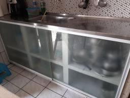 Porta de armário é balcão de vidro
