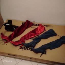 Botas uma de cetim vermelha e uma jeans e uma preta