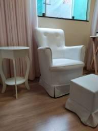 Cadeira de amamentação com mesinha de apoio e puf