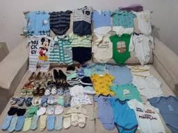 Lote de roupas e sapatos para bebê