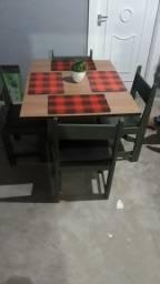 Mesa de mdf com quatro cadeiras dé madeira....muito conservada..