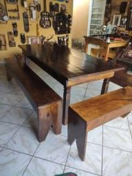 Mesa rústica com 4 bancos