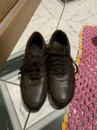 Sapato e uma cafeteira