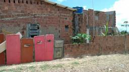 Vende-se Duas Casas Uma Grande Na Parte Da Frente E Um Primeiro Andar Na Parte De Trás