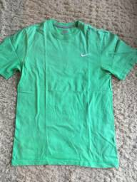 Camiseta Nike Tee Regular Fit Original Cor Verde Tamanho P Algodão Impecável Zerada!