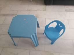 Mesinha infantil com cadeira de plástico