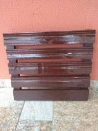 Painel de madeira envernizado