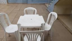 Mesa plástico com 4 cadeiras