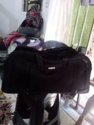 Trabalho com costura de  bolsa e mochilas