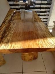 Mesa com tampo polido