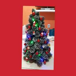 Árvore de Natal feita de Pinhas