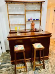 Bar móvel madeira duas cadeiras