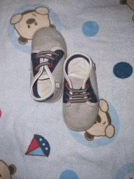 Sapato cinza com azul.