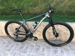 Bicicleta First aro 29 - Shimano e suspensão Manitou