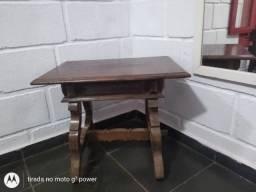 mesinha lateral de madeira estilo antigo