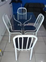 Mesa de vidro com 4 cadeiras