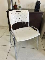 Quatro cadeiras brancas