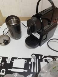 Cafeteira Nespresso e moedor de grãos