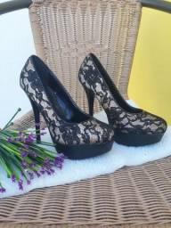 A sandália tamanho 35