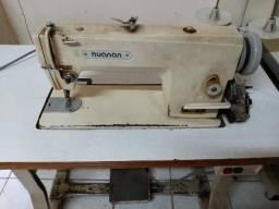 Máquina de costura industrial reta.