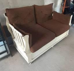 Um jogo de sofá de madeira