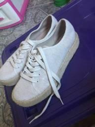 Vários sapatos e sandálias