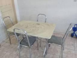 Vendo mesa de mármore com marcas de uso.
