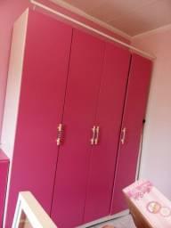 Guarda-roupa rosa