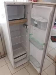 Vendo uma geladeira funcionado pefeita