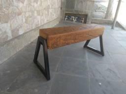 Banco de madeira com pé de ferro