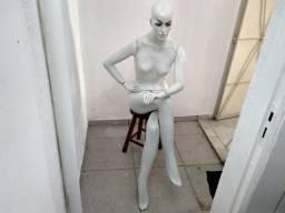 Manequim feminino sentado